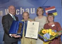 Im Bild die Überreichung der Ehrenstatuette an Prof. Paul Lendvai.