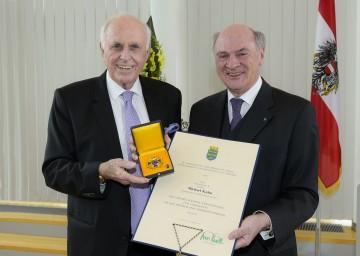 Landeshauptmann Dr. Erwin Pröll überreichte Michael Kuhn, dem Doyen des österreichischen Sportjournalismus, das Große Goldene Ehrenzeichen für Verdienste um das Bundesland Niederösterreich (von rechts nach links).