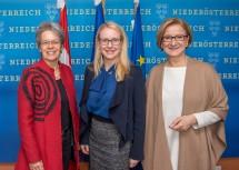 Im Bild von links nach rechts: Wirtschaftslandesrätin Petra Bohuslav, Wirtschaftsministerin Margarete Schramböck und Landeshauptfrau Johanna Mikl-Leitner.