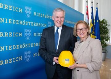 """Landeshauptfrau Johanna Mikl-Leitner und Landesrat Martin Eichtinger präsentierten die neue """"blau-gelbe Wohnbaustrategie""""."""