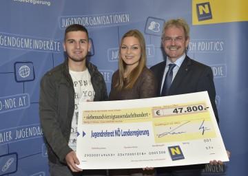 Im Bild von links nach rechts: Christoph Lettl und Melanie Schneider vom Jugendtreff Stockerau, Landesrat Mag. Karl Wilfing.