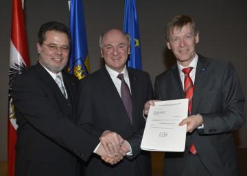 Landeshauptmann Dr. Erwin Pröll mit Bezirkshauptmann Dr. Martin Steinhauser (l.) und Bezirkshauptmann Dr. Peter Suchanek (r.).