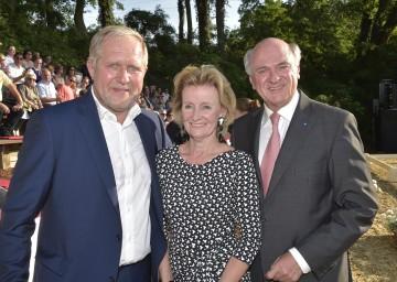 Im Bild von links nach rechts: Harald Krassnitzer, Generaldirektorin der Hofreitschule Elisabeth Gürtler, Landeshauptmann Dr. Erwin Pröll.