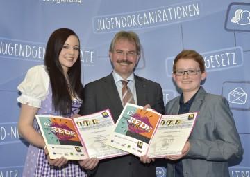 Jugendredewettbewerb: Jugend-Landesrat Mag. Karl Wilfing (Mitte) gratulierte Julia Aichinger und Johannes Hablas zu ihrer gelungenen Rede. (v.l.n.r.)