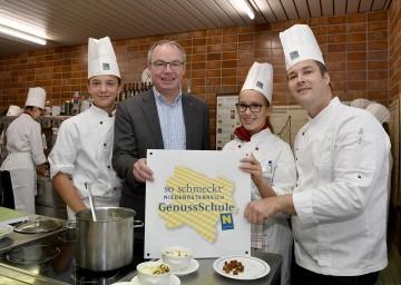 """Landesrat Dr. Stephan Pernkopf zeichnete die HLF Krems als """"GenussSchule"""" aus"""