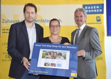 Landesrat Mag. Karl Wilfing präsentierte den neuen One-Stop-Shop für den Wohnbau in Niederösterreich, im Bild mit Michaela Steinböck und Klaus Wagensommerer von der NÖ Wohnbauförderung (von rechts nach links)