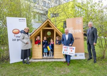 Landeshauptfrau Johanna Mikl-Leitner, der Obmann von proholz Niederösterreich Franz Schrimpl und Landesrat Martin Eichtinger gratulieren den Kindern des Landhauskindergartens St. Pölten