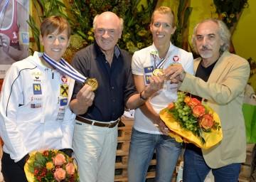 """Die \""""Schwaiger-Sisters\"""" Doris und Stefanie Schwaiger mit Landeshauptmann Dr. Erwin Pröll und Volleyball-Verbandspräsident Peter Kleinman."""