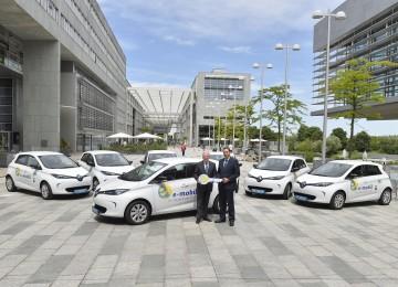 Landeshauptmann Dr. Erwin Pröll übergab sieben Elektroautos für dezentrale Dienststellen an Straßenbaudirektor DI Josef Decker. (v.l.n.r.)