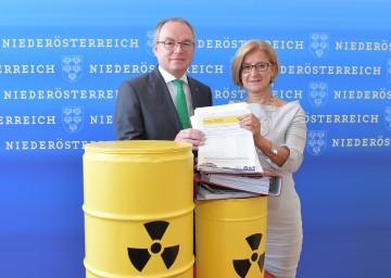 LH-Stellvertreter Stephan Pernkopf und Landeshauptfrau Johanna Mikl-Leitner präsentierten die erfolgreiche Bilanz der Unterschriftenaktion gegen grenznahe Atommüll-Endlager. (v.l.n.r.)
