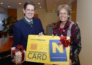 Weihnachts-Edition der Niederösterreich-Card: Prof. Christoph Madl, MAS, Geschäftsführer der Niederösterreich-Werbung und Tourismuslandesrätin Dr. Petra Bohuslav (v.l.n.r.)