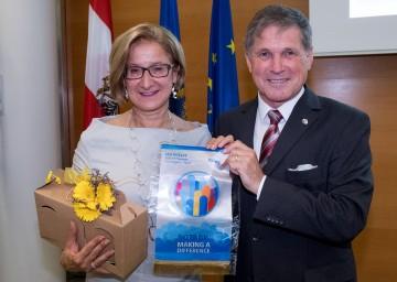 """Governor Arno Kronhofer überreichte Landeshauptfrau Johanna Mikl-Leitner einen Wimpel mit dem Jahresmotto der Rotarier """"Rotary – making a difference"""" (""""Rotary – macht den Unterschied"""")."""