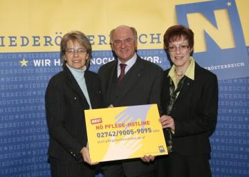 NÖ Pflege-Hotline ist eine zentrale Anlaufstelle in Fragen der Pflege. Im Bild LH Dr. Erwin Pröll, Landesrätin Dr. Petra Bohuslav und Eva Kürzl von der Pflege-Hotline.
