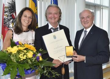 """Landeshauptmann Dr. Erwin Pröll überreichte das """"Große Goldene Ehrenzeichen für Verdienste um das Bundesland Niederösterreich"""" an Prof. Dr. Peter Hofbauer (im Bild mit Gattin Dr. Vera Russwurm)."""