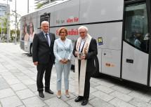 Segnung des neuen digitalen Röntgenbusses durch Dompfarrer Norbert Burmettler (rechts) mit Landesrat Franz Schnabl und Landeshauptfrau Johanna Mikl-Leitner (v.l.n.r.)