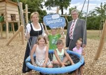 Landesrätin Barbara Schwarz und Bürgermeister Wolfgang Peischl mit Kindern aus Zistersdorf bei der Eröffnung des neu gestalteten Spielplatzes im Schlosspark. (v.l.n.r.)