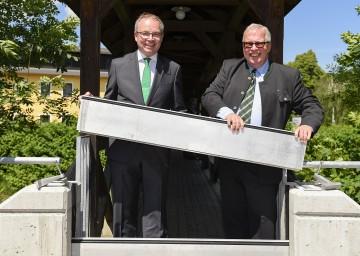 Bei der Eröffnung des Hochwasserschutzes in Alland: Landesrat Dr. Stephan Pernkopf und Bürgermeister DI Ludwig Köck. (v.l.n.r.)