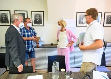 Landeshauptfrau Johanna Mikl-Leitner bei der Lagebesprechung am Gemeindeamt Schrattenberg mit Landtagspräsident Karl Wilfing und Bürgermeister Johann Bauer