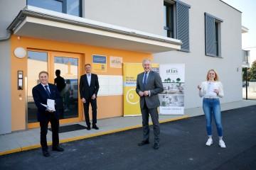 Direktor Anton Bosch (Atlas gemeinnützige Wohnungs- und Siedlungsgenossenschaft), Bürgermeister DI Christoph Prinz, Landesrat Martin Eichtinger und Mieterin Vanessa Polyak (v.l.n.r.)