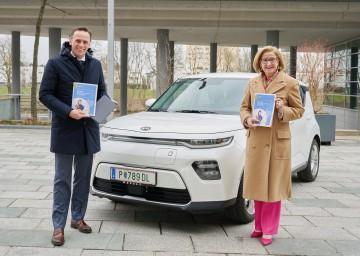 "Landesrat Jochen Danninger und Landeshauptfrau Johanna Mikl-Leitner präsentieren den ""digi report""."