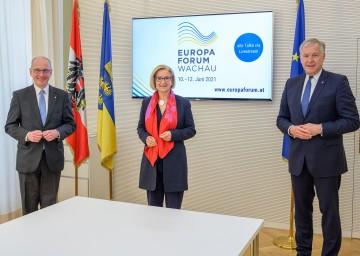 Landeshauptfrau Johanna Mikl-Leitner (m.) mit Landesrat Martin Eichtinger (r.) und dem Rektor der Donau-Universität Krems, Friedrich Faulhammer (l.).