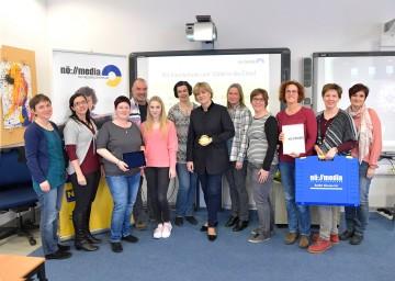 Bildungs-Landesrätin Mag. Barbara Schwarz (Mitte) mit dem Team von NÖ Media und Kindergartenpädagoginnen im Rahmen der Weiterbildung im Umgang mit Neuen Medien.