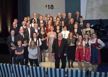 Landeshauptfrau Johanna Mikl-Leitner (Bildmitte) mit allen Würdigungspreis- und Anerkennungspreisträgern