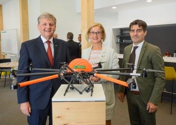 Neuer RWA-Campus Korneuburg bietet Open Office Space für Start-Ups. Im Bild: Generaldirektor Reinhard Wolf, Landeshauptfrau Johanna Mikl-Leitner und Bürgermeister Christian Gepp (v.l.n.r.) mit einer neuartigen Drohne