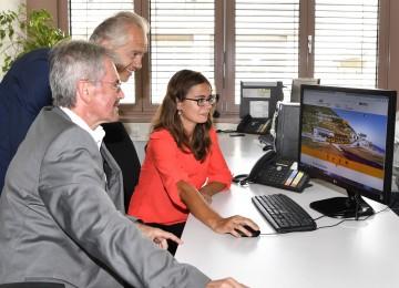 Präsentation der neuen Homepages der NÖVOG mit Verkehrs-Landesrat Karl Wilfing und NÖVOG-Geschäftsführer Gerhard Stindl (stehend)
