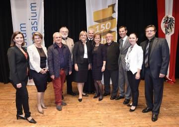 Jubiläumsfeier am BG/BRG Hollabrunn: Landesrätin Mag. Barbara Schwarz, Abt Columban Luser und Direktorin Mag. Jutta Kadletz (Mitte) mit den Ehrengästen. (v.l.n.r.)