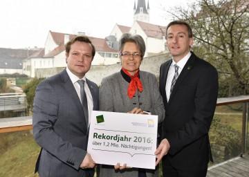 Im Bild von links nach rechts: Waldviertel-Tourismus-Geschäftsführer Mag. (FH) Andreas Schwarzinger, Landesrätin Dr. Petra Bohuslav und Bürgermeister Jürgen Maier