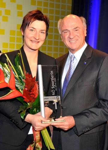 Landeshauptmann Dr. Erwin Pröll mit der NÖ Sportlerin des Jahres 2009 Kathrin Zettel.