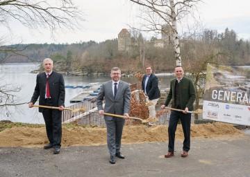 Im Bild von links nach rechts: Bürgermeister Gerhard Wandl, Landesrat Ludwig Schleritzko, Hunor Ince und  Landesrat Jochen Danninger