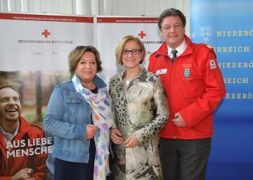 Präsentierten die Leistungsbilanz des niederösterreichischen Roten Kreuzes: Landeshauptfrau-Stellvertreterin Karin Renner, Landeshauptfrau Johanna Mikl-Leitner und Präsident Josef Schmoll (v.l.n.r.).