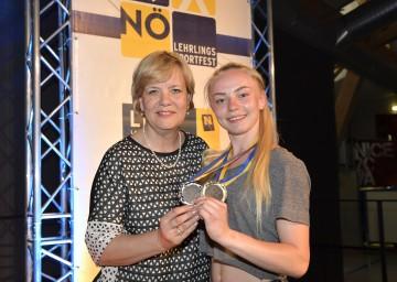 Bildungs-Landesrätin Mag. Barbara Schwarz gratulierte Andreana Rakazović aus der Landesberufsschule Theresienfeld zu gleich zwei Medaillen im Rahmen des Sportfestes (v.l.n.r.)