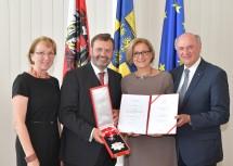 Von rechts nach links: Die Gattin von Hans Penz, Luise Penz, Landtagspräsident a. D. Hans Penz, Landeshauptfrau Johanna Mikl-Leitner und Landeshauptmann a. D. Erwin Pröll.