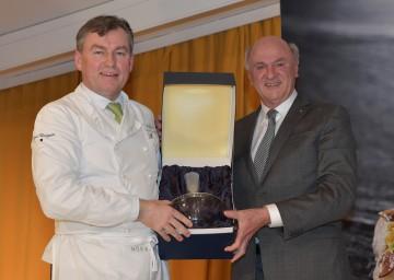 Als Geschenk überreichte Landeshauptmann Dr. Erwin Pröll Toni Mörwald eine Weinkaraffe mit dem Niederösterreich-Wappen.