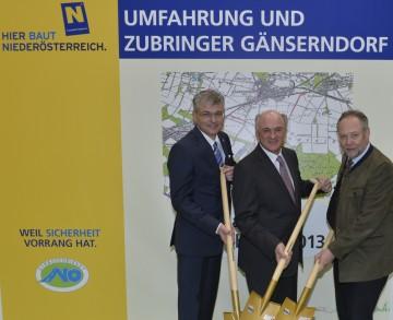 Beim Spatenstich für die Umfahrung Gänserndorf: Bürgermeister Karl Burghardt, Landeshauptmann Dr. Erwin Pröll, Straßenbaudirektor DI Peter Beiglböck (v. l. n. r.)