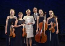 """Landeshauptfrau Johanna Mikl-Leitner und Landeshauptmann Arno Kompatscher mit den Musikerinnen des """"Benigna Streichquartetts""""."""