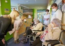 Landeshauptfrau Johanna Mikl-Leitner und Bundesministerin Klaudia Tanner mit den drei Bewohnerinnen des Landespflege- und –betreuungszentrums in St. Pölten, denen als erste den Impfstoff gegen das Coronavirus verabreicht wurde.