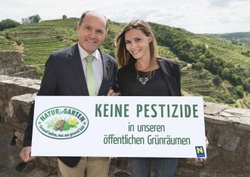 """Niederösterreich wird pestizidfrei: Landeshauptmann-Stellvertreter Mag. Wolfgang Sobotka und Stefanie Zischkin, BA, von der Aktion """"Natur im Garten""""."""