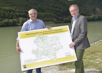 Dr. Gerhard Heilingbrunner, Ehrenpräsident des Umweltschutzverbands, und Landesrat Dr. Stephan Pernkopf präsentierten das neue Regionalprogramm zum Schutz der NÖ Fließgewässer (v.l.n.r.)