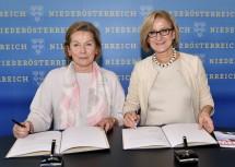 """Unterzeichnung des Programms """"Mehr für Niederösterreichs Wirtschaft"""" durch Sonja Zwazl, Präsidentin der Wirtschaftskammer Niederösterreich, und Landeshauptfrau Johanna Mikl-Leitner (v.l.n.r.)."""