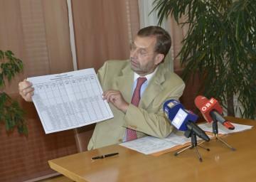 Landtagspräsident Ing. Hans Penz mit dem symbolischen Stimmzettel für die Nationalratswahl am 29. September.