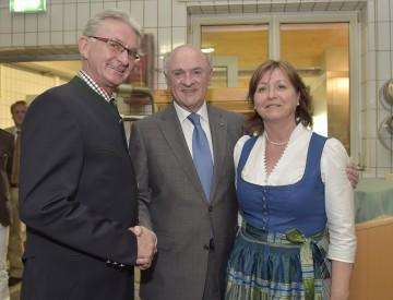 Erich und Ingrid Kasses feierten mit Landeshauptmann Dr. Erwin Pröll den 90. Geburtstag ihrer Bäckerei in Thaya.