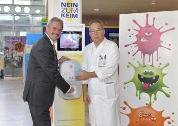 Landesrat Mag. Karl Wilfing und Professor Dr. Christoph Aspöck nahmen einen Desinfektionsspender im Landesklinikum St. Pölten in Betrieb.