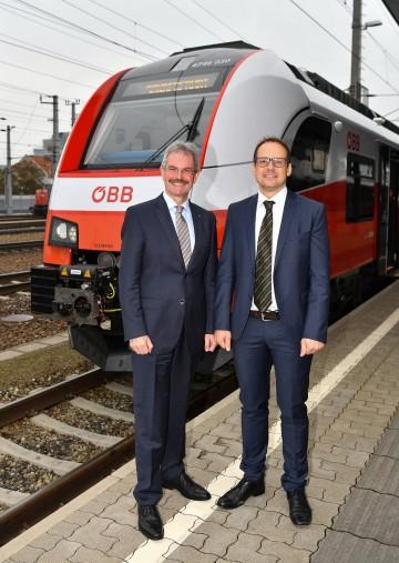 In einem Cityjet am Hauptbahnhof St. Pölten präsentierten Landesrat Mag. Karl Wilfing und Ing. Michael Elsner, Regionalmanager Ostregion der ÖBB-Personenverkehr AG, den neuen ÖBB-Fahrplan (von links nach rechts).