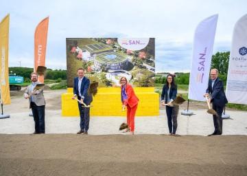SAN Group investiert 40 Millionen Euro in Herzogenburg: Bürgermeister Christoph Artner, Landesrat Jochen Danninger, Landeshauptfrau Johanna Mikl-Leitner, Kai Lie von SAN Biotech und Peter Kickinger von SAN Biotech (v.l.n.r.)