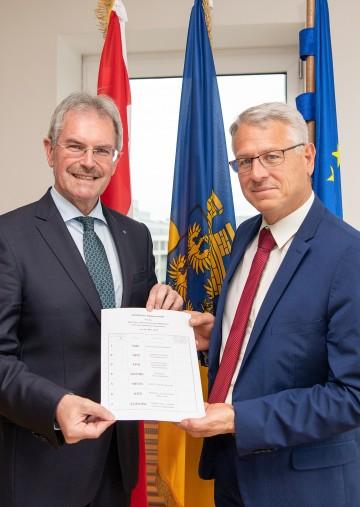 Landtagspräsident Karl Wilfing und Peter Anerinhof, Leiter der Abteilung Wahlen, mit dem amtlichen Stimmzettel zur Europa-Wahl 2019 (v.l.n.r.)