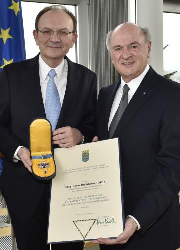 """Landeshauptmann Dr. Erwin Pröll überreichte das \""""Silberne Komturkreuz des Ehrenzeichens für Verdienste um das Bundesland Niederösterreich\"""" an Generaldirektor Mag. Klaus Buchleitner."""